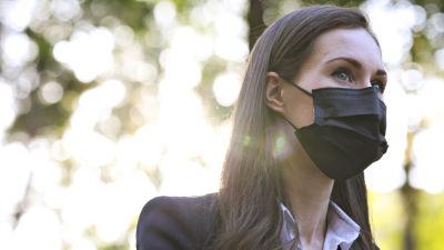 Statsminister Sanna Marin med munskydd på.