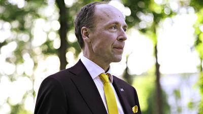 Jussi Halla-aho saapuu Pasilaan Ylen Studiotalolle kuntavaalien tulosiltaan 13. kesäkuuta 2021.
