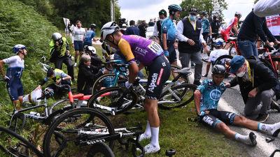 Tour-deltagare samlar sig efter krasch.