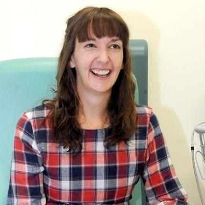 Hymyilevä Pauline Cafferkey sairaalatuolissa