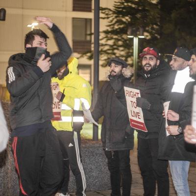 """Unga män ropar och demonstrerar ute. De har plakat, med texten """"Rätt till liv""""."""