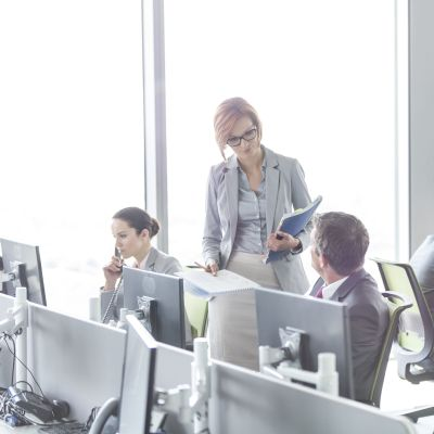 Människor arbetar i ljust öppet kontorslandskap