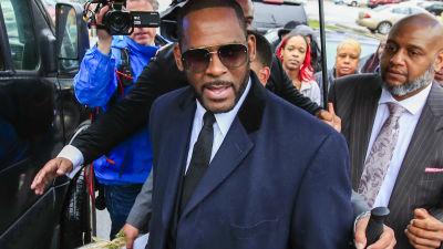 R. Kelly kuvattuna oikeustalon ulkopuolella vuonna 2019.