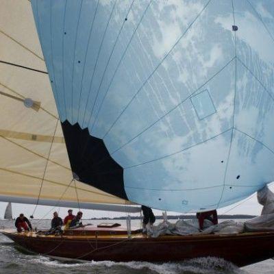 R8-luokan purjevene merellä.