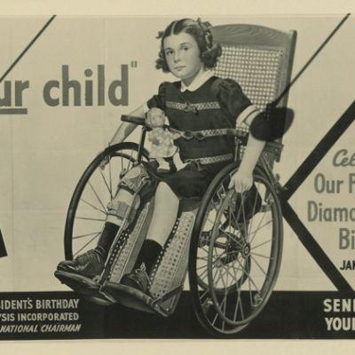 Mustavalkoinen juliste tytöstä pyörätuolissa.