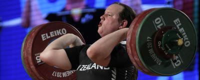 Laurel Hubbard lyfter tyngder under en tävling.