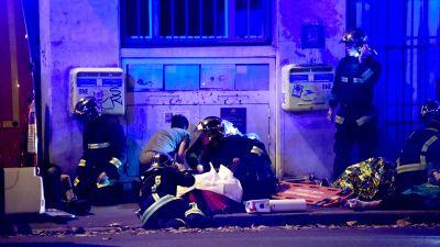 Brandmän sköter om en sårad person.