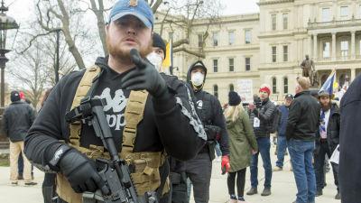 Flera av demonstranterna i Lansing var beväpnade då de samlades utanför delstatsparlamentet i Lansing och senare trängde sig in i byggnaden.