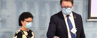 Social- och hälsovårdsministeriet strategichef Liisa-Maria Voipio-Pulkki och direktör Mika Salminen vid Institutet för hälsa och väldärd på myndigheternas presskonferens om coronaläget den 20 oktober 2020.