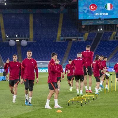 Turkiets spelare tränar på EM-arenan.