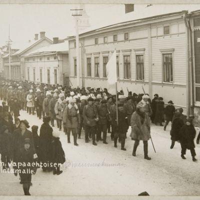 Oulun valtauksen jälkeen myös oululaisia koottiin Etelä-Suomen rintamalle. Ensimmäinen rintamalle lähtevä vapaaehtoinen valkoisten oululainen komennuskunta marssi kaupungin läpi rautatieasemalle kolme viikkoa Oulun valtauksen jälkeen 23. helmikuuta 1918.