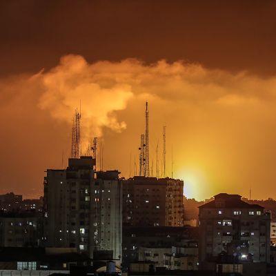 Eld och rök stiger upp från byggnader