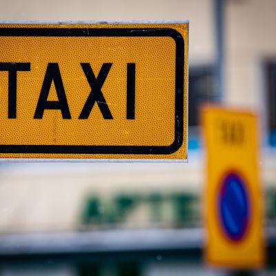 Taksi-tolpan merkkikyltti.