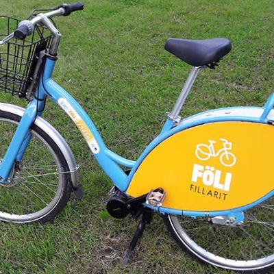 Sähköisen kaupunkipyörän tunnistaa sinisestä rungosta ja takaosan keltaisista siivekkeistä.