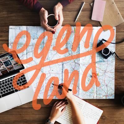 Karta, dator, kamera, två par händer, en person håller i en kaffekopp, den andra skriver i en anteckningsbok.
