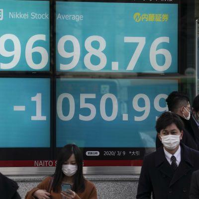 Nikkei-indexet på börsen i Tokyo rasade med över tio procent genast på fredag morgon.