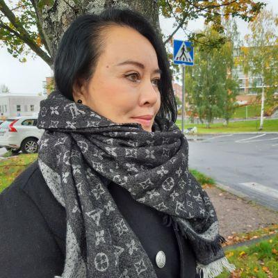 Urai Anuntasin i profil i höstlig miljö.