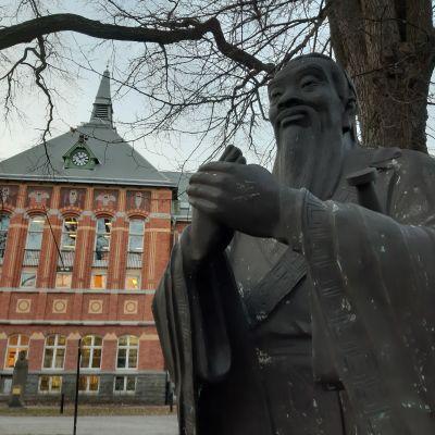 Staty av den kinesiske filosofen Konfucius framför universitetsbyggnad i Stockholm