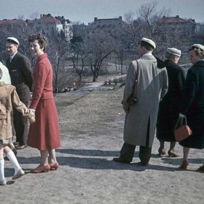 Näin vietettiin vappua Ullanlinnamäellä 1950-luvulla. Juhlijat kuvasi Arvo Kajantie.