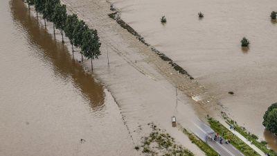 Flygbild från Nederländerna där en väg täcks av vatten i samband med översvämningarna.