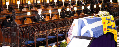 Hautajaisvieraat Pyhän Yrjön kappelissa.