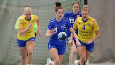 Mariela Lönnqvist med bollen.