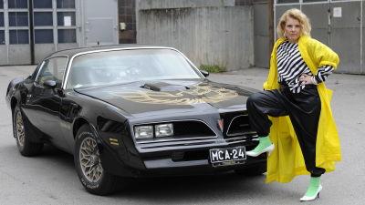 Susanna Vainiola seisoo vuoden 1978 mallisen Pontiac Trans Amin edessä.