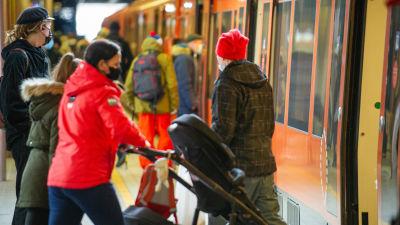 Matkustajat Herttoniemen metroasella.23.3.2021.