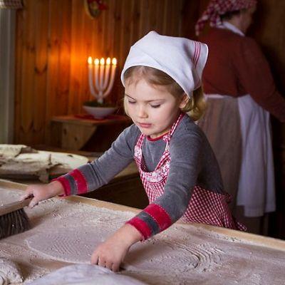 Kolmevuotias prinsessa Estelle leipoo rieskaa itse.
