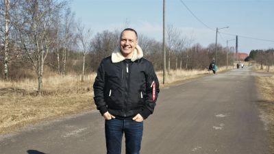 Niko Herlin står på en sandväg.