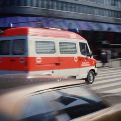 ambulans som hastigt kör förbi