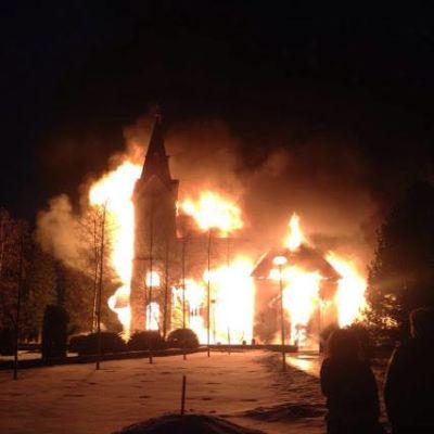 Tulipalon lieskat Ylivieskan kirkossa pääsiäislauantaina 2016.