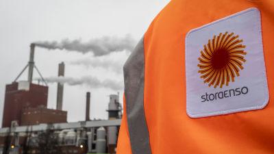 Ryggtavla på en arbetstagare vid Stora Ensos fabrik i Uleåborg.