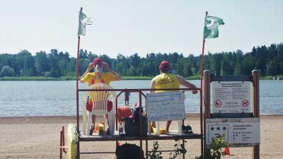 Badvakter vid Ekvalla simstrand.