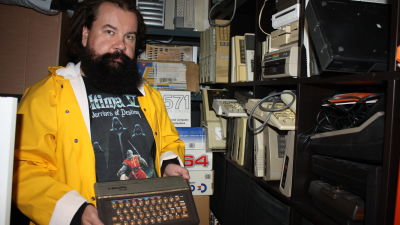 Jari Jaanno esittelee vanhaa suomalaista Salora Fellow -tietokonetta.