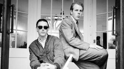 Paul Weller ja Mick Talbot poseeraavat mustavalkokuvassa. Kuva dokumenttielokuvasta.