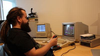 Jari Jaanno pelaa vanhalla tietokoneella.