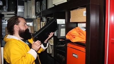 Jari Jaanno laittaa vanhaa Saloran tietokonetta hyllyyn.