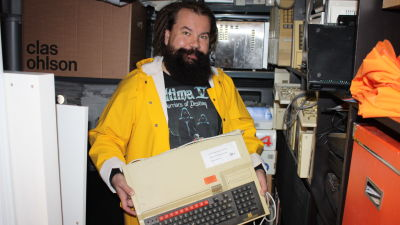 Jari Jaanno esittelee vanhaa BBC Microa.