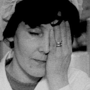 Väsynyt äiti nojaa käteensä (1974).