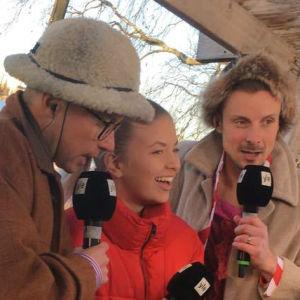 tre personer sjunger i en mikrofon