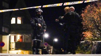 """Poliser står på gatan i Norge. En banderoll med texten """"Polis"""" på går tvärs över gatan."""