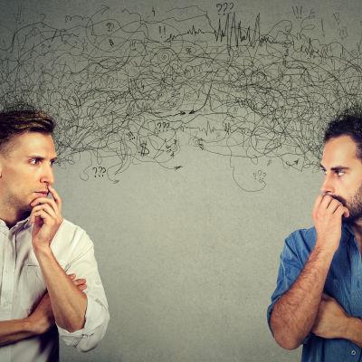 kaksi miestä tuijottaa toisiaan ajatuksissaan
