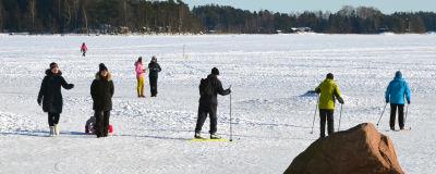 Folk ute på isen utanför Gäddviken i Esbo.
