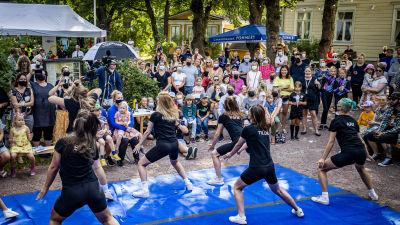 Ett gäng dansare uppträder på Konstens natt i Åbo.