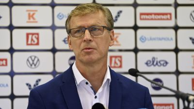 Markku Kanerva talar på presskonferens.