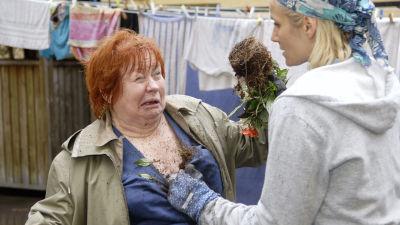 Kotikadun Rantaska ja Tuija tappelevat. Tuija heittää kukkataimen Rantaskan päälle.