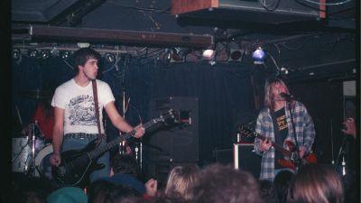 Nirvana live 1990, Krist Novoselic till vänster och Kurt Cobain till höger.