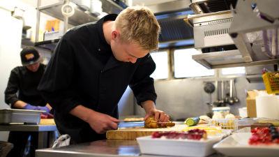 Ville Henriksson njuter av det hektiska tempot inom restaurangbranschen men tänker inte utbilda sig till kock. Risken att bli utbränd som kock är stor säger han, men om man balanserar jobb och fritid går det bra.