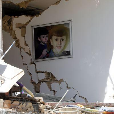 Barnporträtt i ett raserat bostadshus i staden Pole-Zahab i provinsen Kermanshah, Iran. Bilden tagen på måndagen, dagen efter det förödande jordskalvet.
